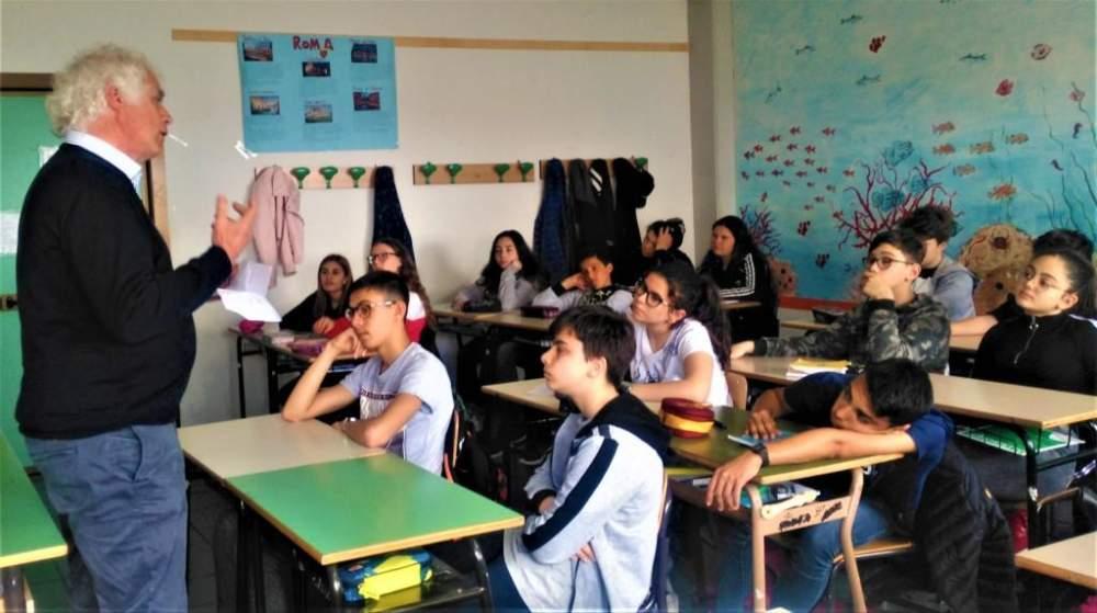 Corrado Melone: il preside torna in cattedra per una lezione inaspettata e alternativa