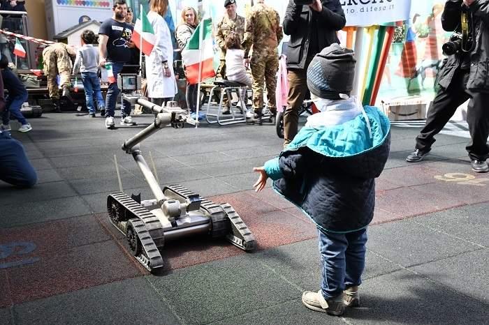 Bambino Gesù: visita dell'Esercito italiano con motociclette da ricognizione e un robot sminatore