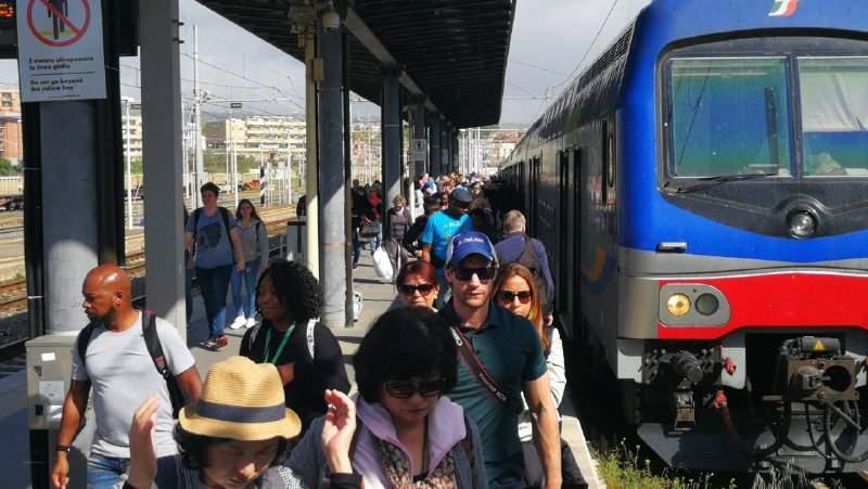 Infarto alla stazione per un crocerista: muore davanti alla famiglia a Civitavecchia