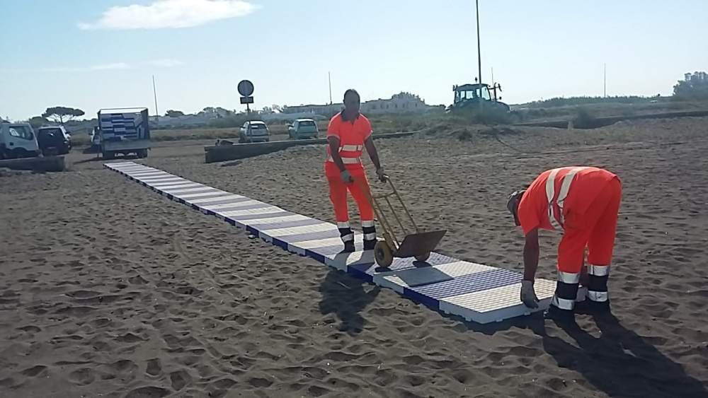 Cerveteri, montate le passerelle da spiaggia per disabili