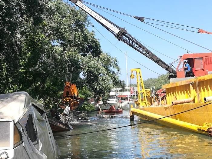 Fiumicino, imbarcazione rimossa dal Tevere