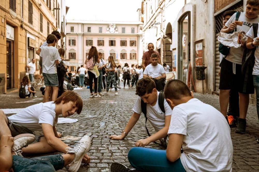 Oltre 2000 ragazzi hanno festeggiato la scuola a Viterbo: colori, musica e riflessioni