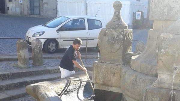 Oriolo, l'assessore pulisce la fontana della piazza