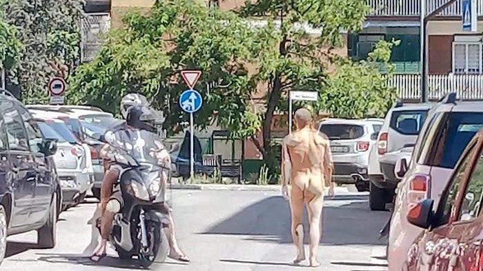 Portuense, uomo nudo passeggia a Largo la Loggia
