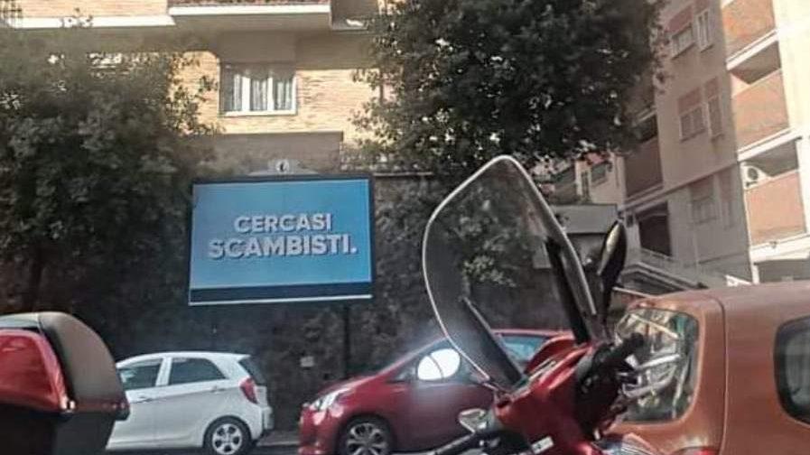 Gli scambisti fanno outing: svelato il mistero dei cartelloni diventati virali