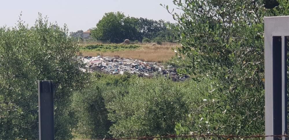 """La Storta: """"Sversano rifiuti"""". Cittadini bloccano un camion, sul posto Polizia e Prc"""