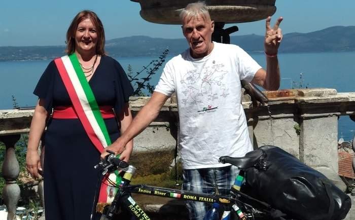 A 83 anni in bici in giro per il mondo: Janus River fa tappa ad Anguillara Sabazia