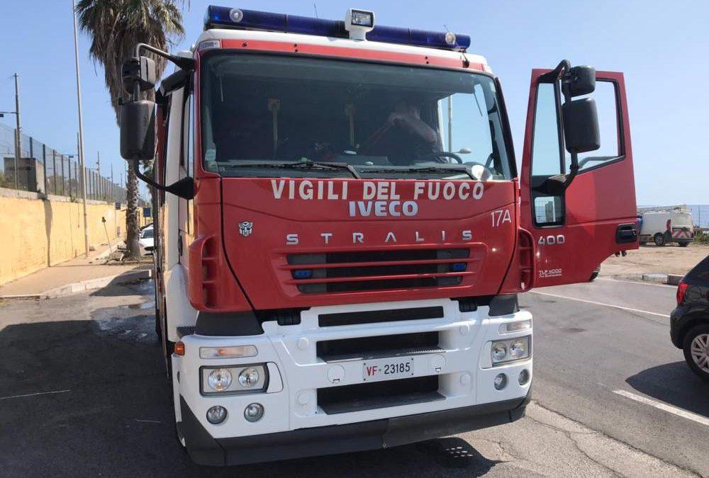 Ladispoli, auto in fiamme davanti a teatro Vannini