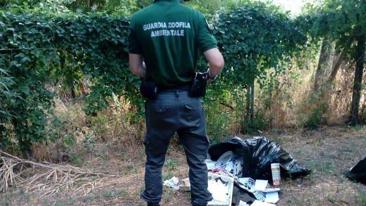"""Abbandona rifiuti alla Necropoli di Cerveteri e si """"aggiudica"""" 600 euro di multa"""
