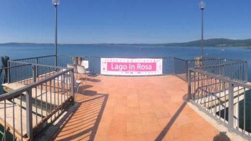 Trevignano, per Lago in Rosa sfilano le donne in rinascita con gli abiti di Venturi