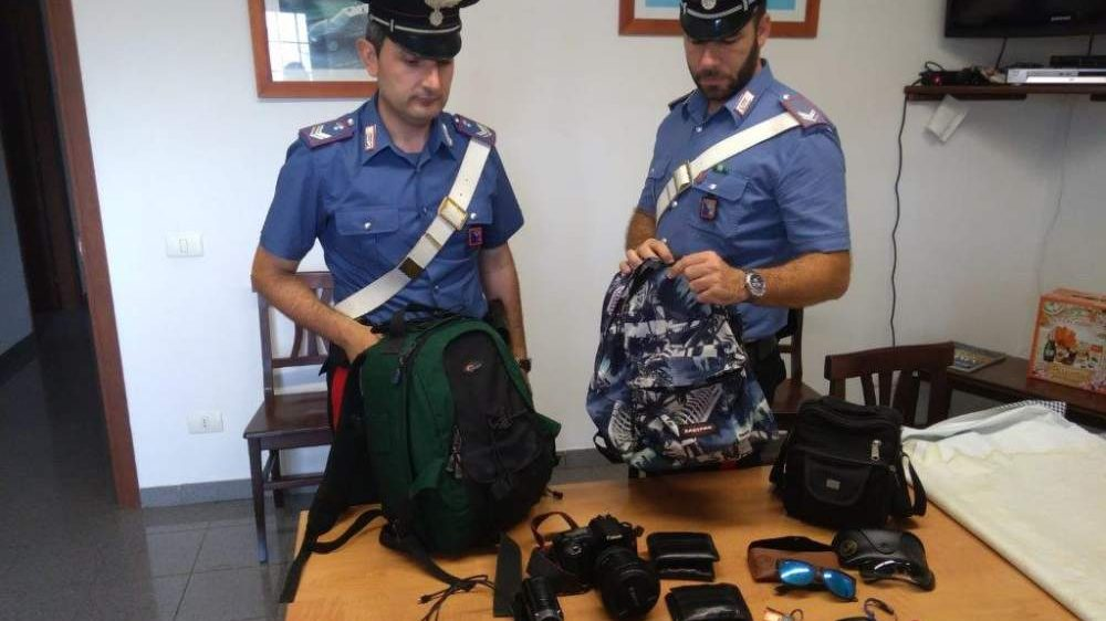 Rubano zaini in spiaggia: arrestati due latinos dai carabinieri