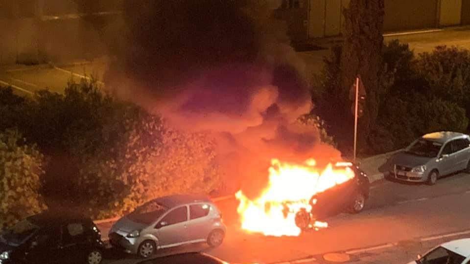 Incendio a Fiumicino: auto in fiamme a Parco Leonardo