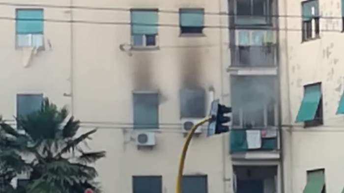 Incendio al Tufello: fiamme in appartamento, morto un uomo. Palazzina evacuata