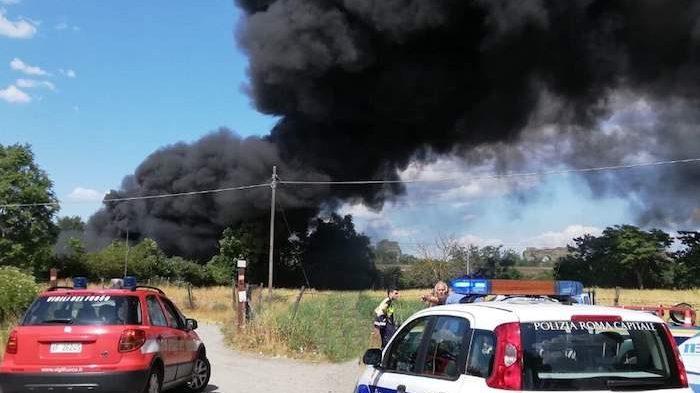 Incendio in via Appia Nuova: brucia autodemolitore