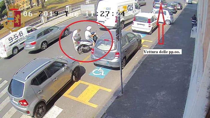 Piazza Adriana: con trucco  foratura ruota dell'auto rubano zaino contenente orologio di pregio, carte di credito e circa 9mila euro in contanti