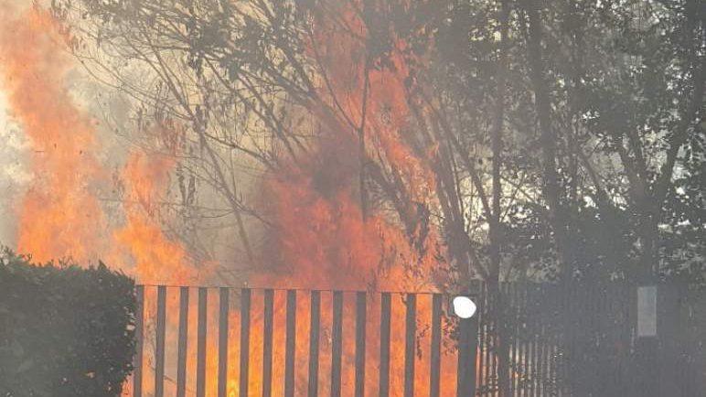 Incendio a Fonte Ostiense: danneggiati campo della Polisportiva e una vettura
