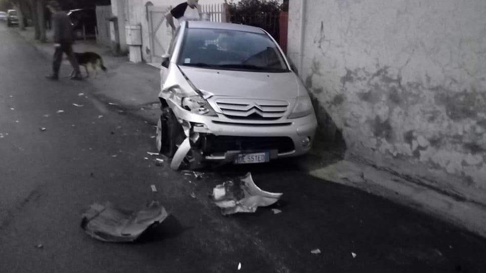 """Santa Marinella, fa """"strike"""" di auto in sosta e scappa"""