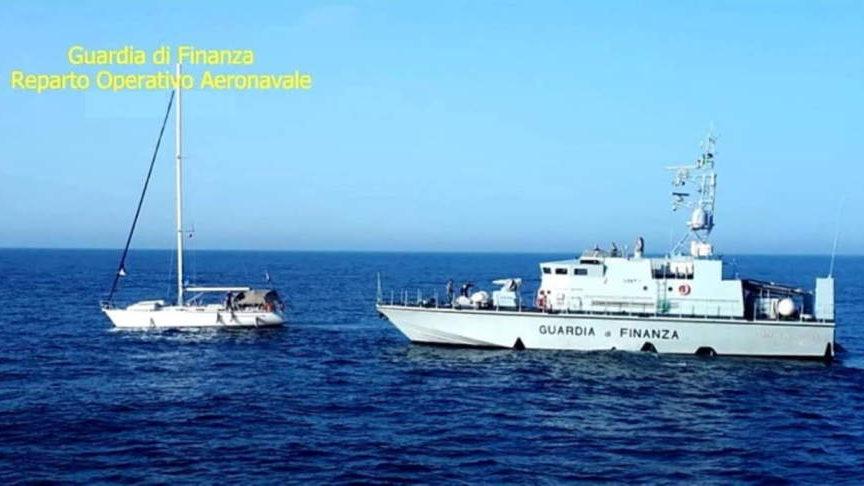 Catamarano alla deriva salvato dal Roan della Finanza di Civitavecchia
