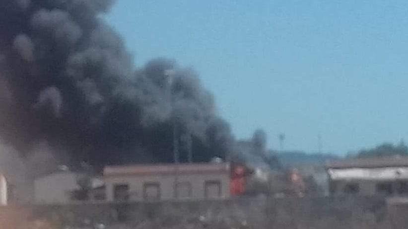 Incendio a La Barbuta: brucia modulo abitativo nella baraccopoli