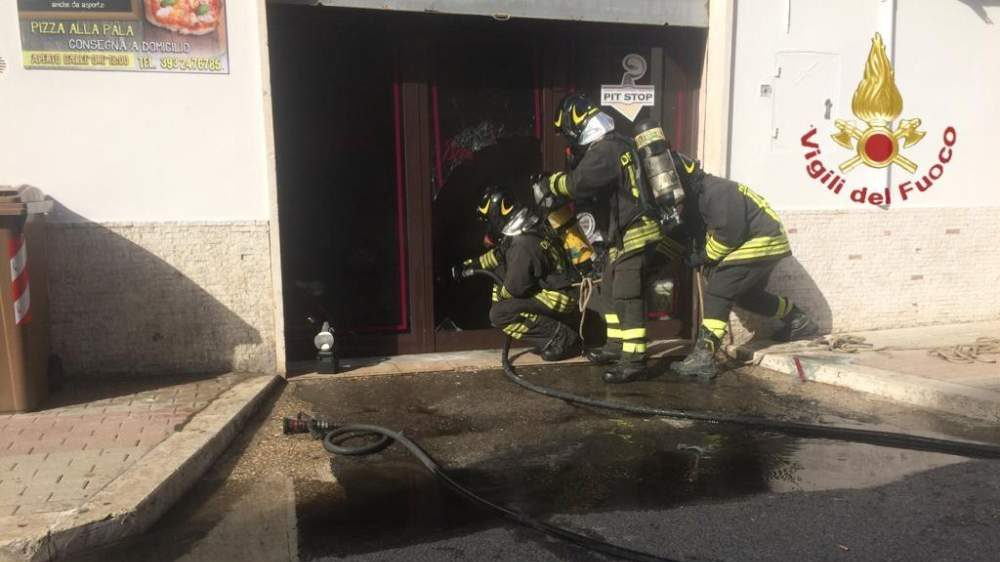 Incendio in pizzeria domato dai Vigili del Fuoco