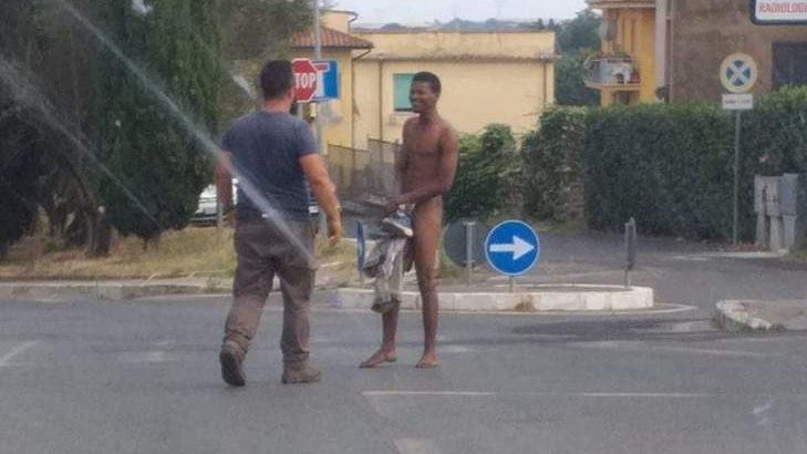 Completamente nudo in giro per Bracciano: i carabinieri lo fanno portare in ospedale