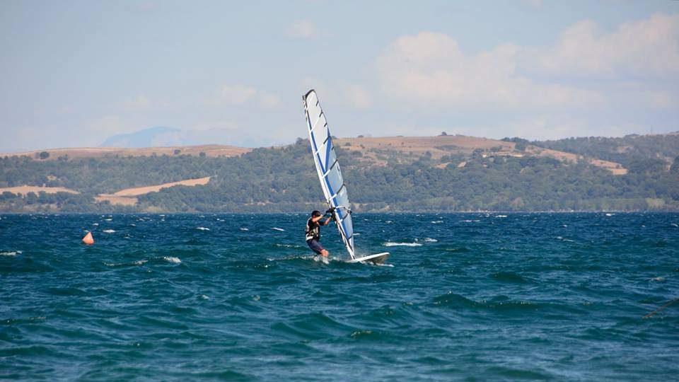 Bracciano, improperi dalla nave Sabazia a un windsurfista