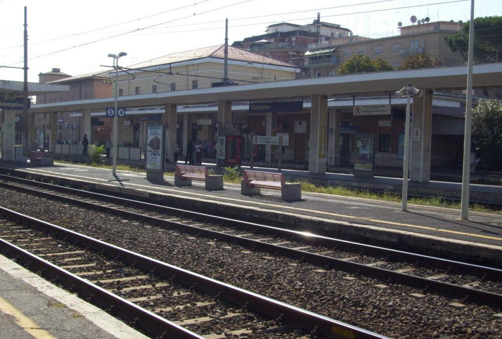 Linea Ciampino – Velletri: vettura ferma al passaggio al livello