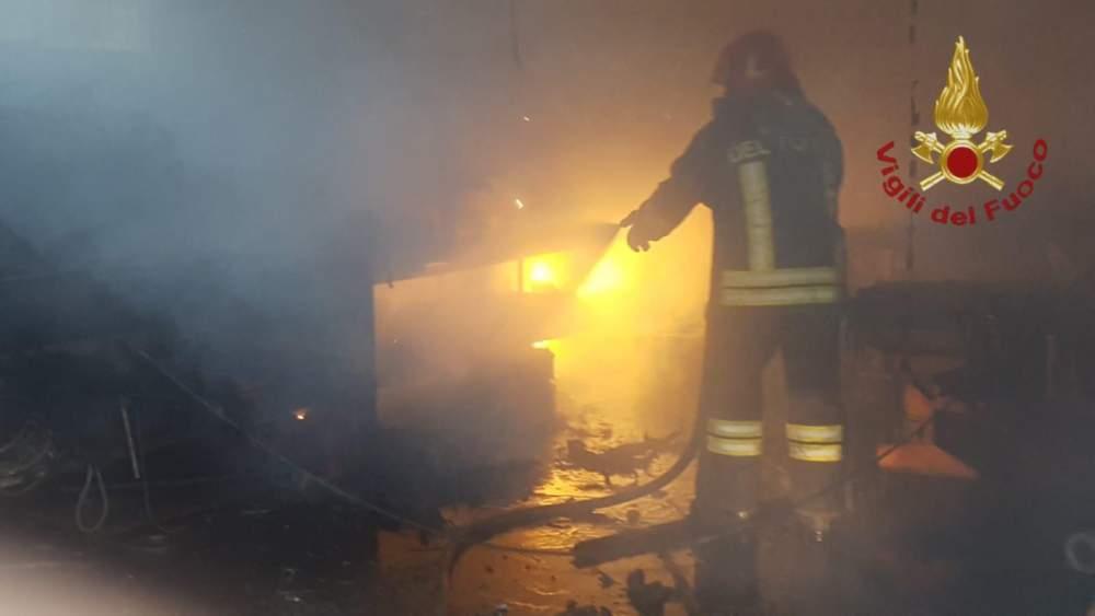 Civitavecchia, in fiamme officina a servizio di un'azienda agricola