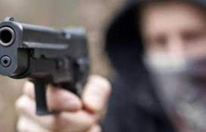 Ostia: con la pistola la strattona e la rapina dell'auto, ferita 49enne