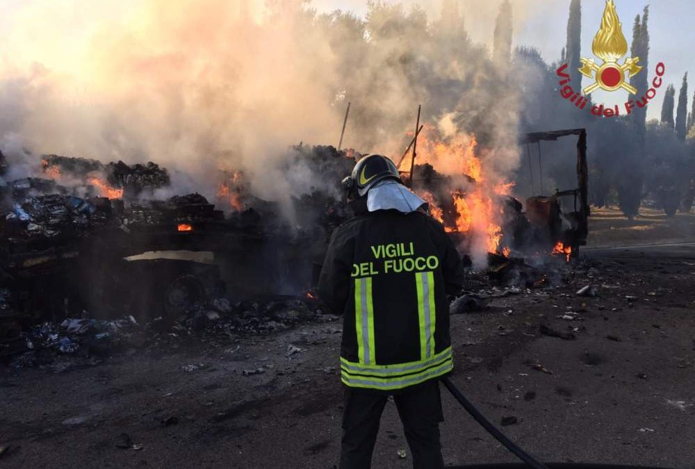 Tir in fiamme nell'area di sosta, intervento dei pompieri