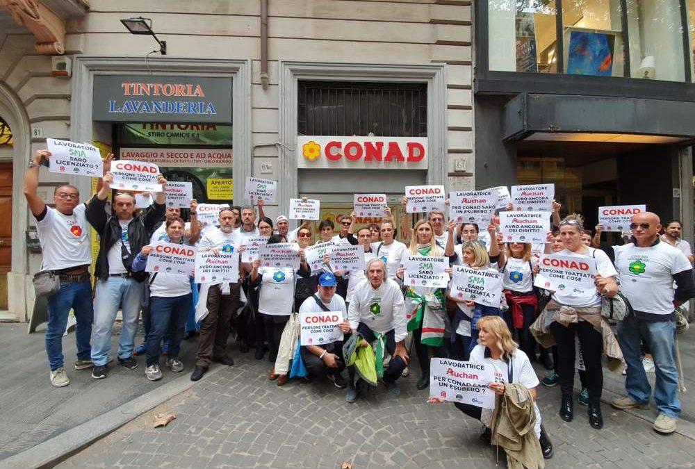 """Conad-Auchan, flash mob e volantinaggi: """"Nessuna certezza per i lavoratori"""""""