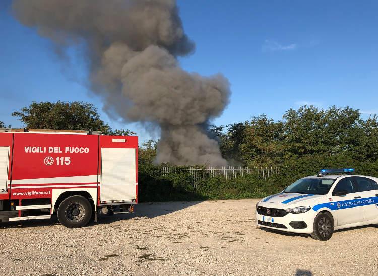 Incendio al Parco di Centocelle: rifiuti a fuoco