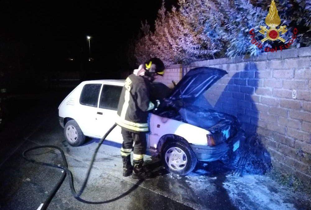 Incendio di auto e di un canneto: superlavoro per i pompieri ad Anguillara