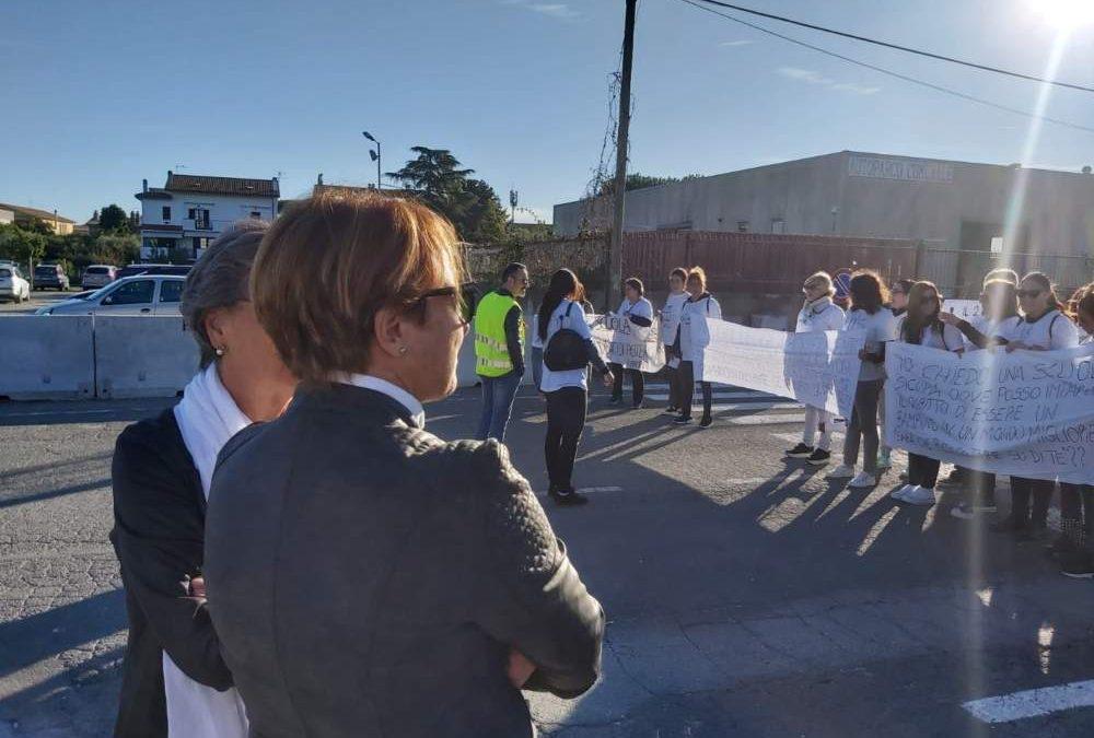 """Scuola Anguillara, la Califano alla manifestazione con Bianchini: """"Inaccettabile"""""""