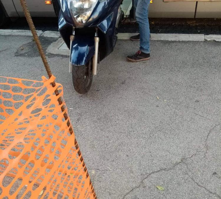 """""""Passeggeri fatti scendere dal bus Atac per caricare lo scooter"""": la denuncia di Ape"""
