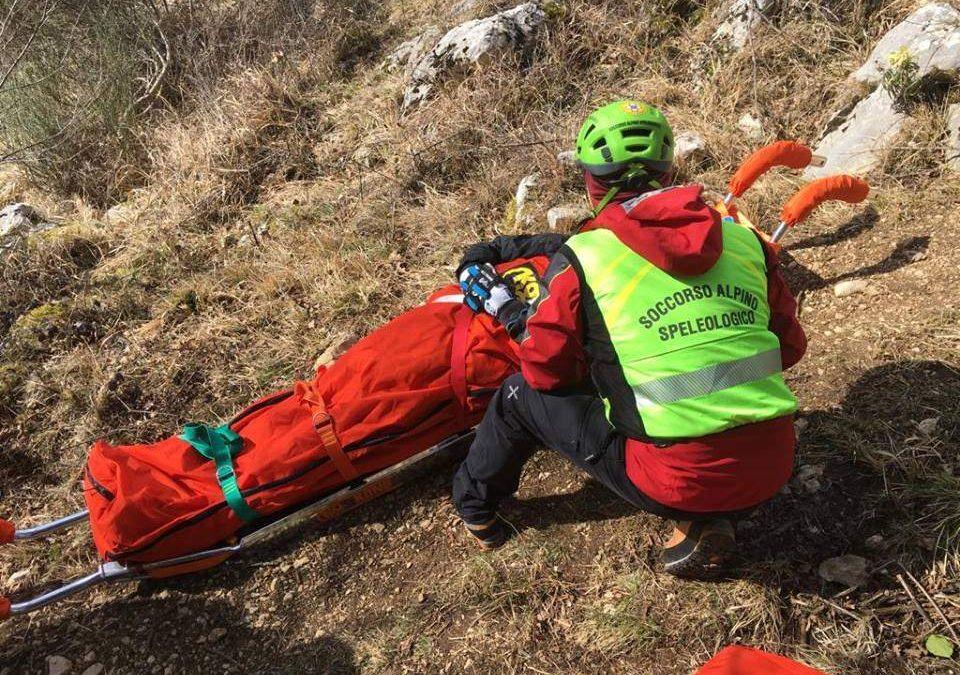 Cerca funghi ma si rompe una gamba: il Soccorso Alpino lo salva a Trevignano