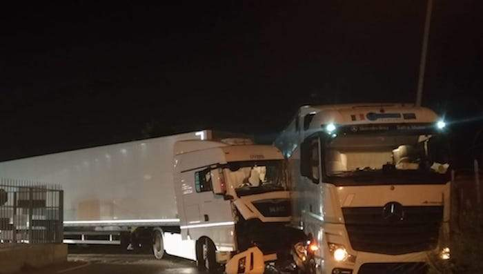 Incidente a Fiumicino, scontro tra due tir: un ferito grave