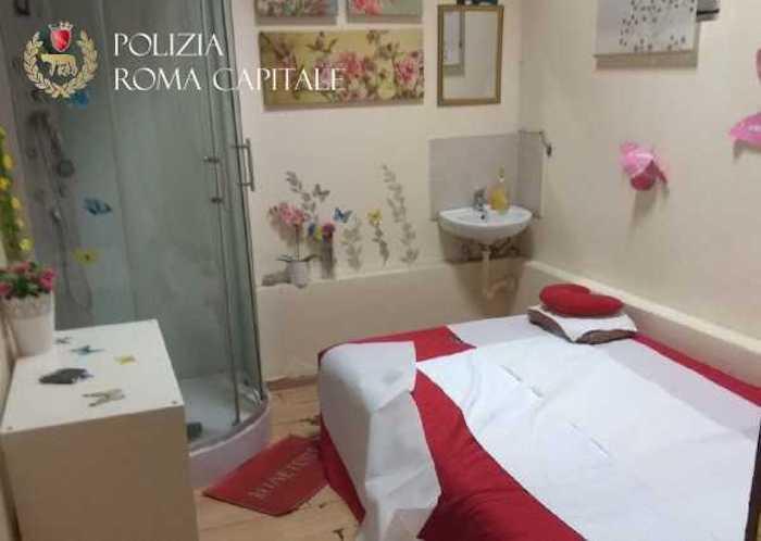 Tuscolana, giro di prostituzione in un centro massaggi: Polizia Locale sequestra l'attività e arresta maitresse