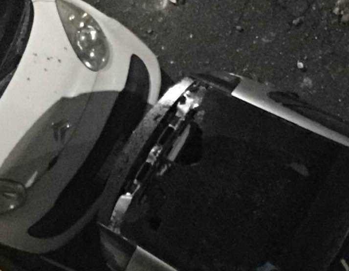 Magliana, caduti pezzi di cornicione: strada transennata