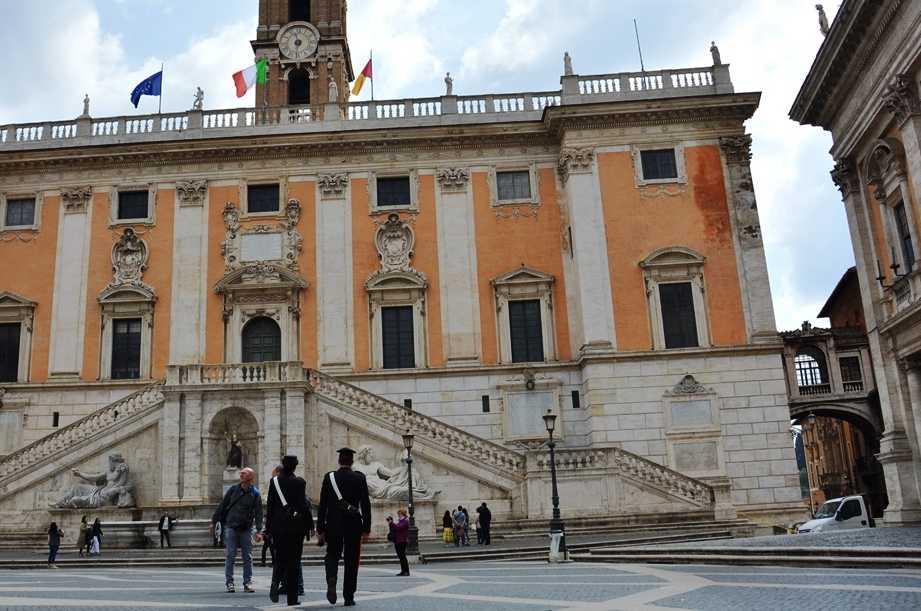 Piazza del Campidoglio: derubano turista, fermate due ladre