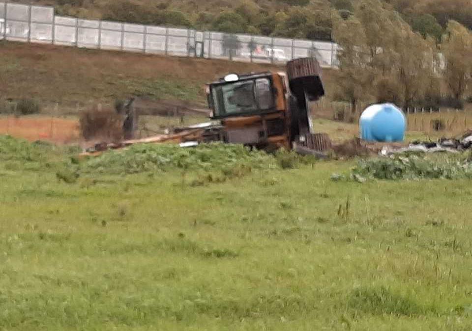 Escavatore si ribalta senza conseguenze a Santa Marinella