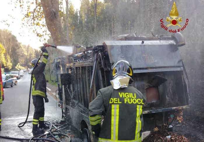 Incendio a Roma Nord: mezzo Ama in fiamme