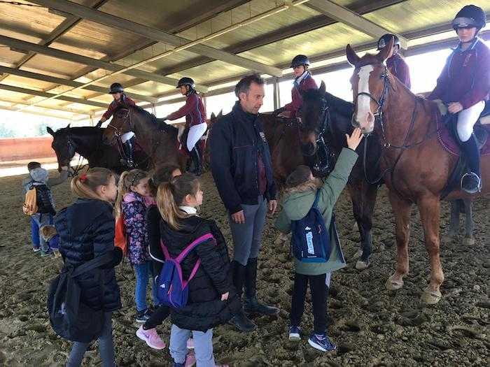 Gli alunni della Ladispoli 1 incontrano la Polizia a cavallo