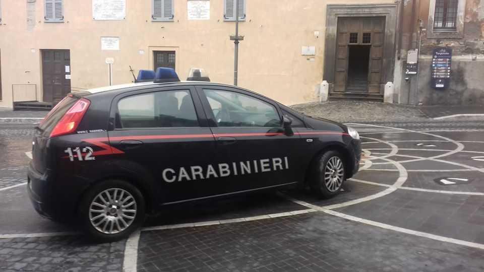 Lancia pugnali contro l'albero del giardino pubblico: denunciato dai carabinieri di Tarquinia
