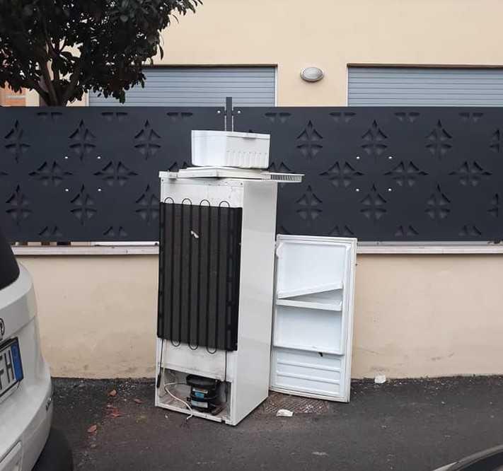 """Ladispoli, frigo abbandonato in via La Spezia. Le Ecozoofile: """"Prevale l'inciviltà"""""""