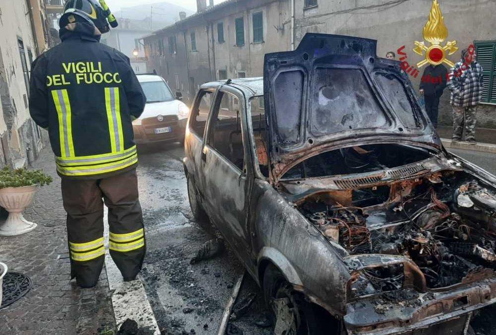 Auto in fiamme ad Allumiere, intervento dei pompieri