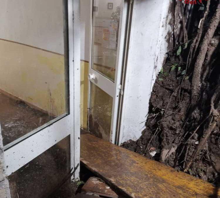 Case invase da smottamento Salita Castel Giubileo: 11 persone bloccate (LE FOTO)