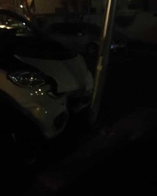 Incidente in via Genova a Ladispoli, auto contro un palo
