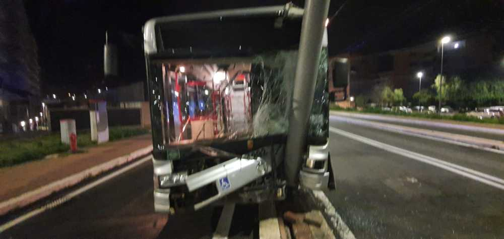 Incidente a Fonte Laurentina: bus contro il palo