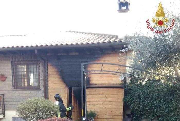 Incendio a Manziana: fiamme in un magazzino